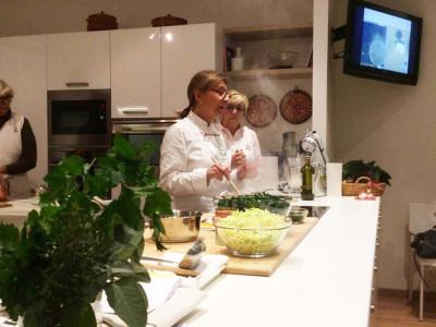 Lella a Verona lezione di cucina sui dolci senesi e zuppa di fagioli.